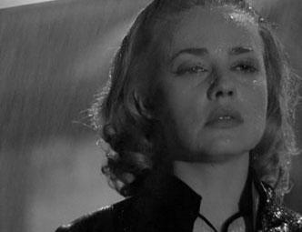 escena de pelicula de cine en la que una mujer aparece bajo la lluvia