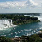 Las Cataratas del Niágara (Niagara Falls) es un grupo de tres cascadas en Niagara Gorge que atraviesa la frontera de Canadá y Estados Unidos.