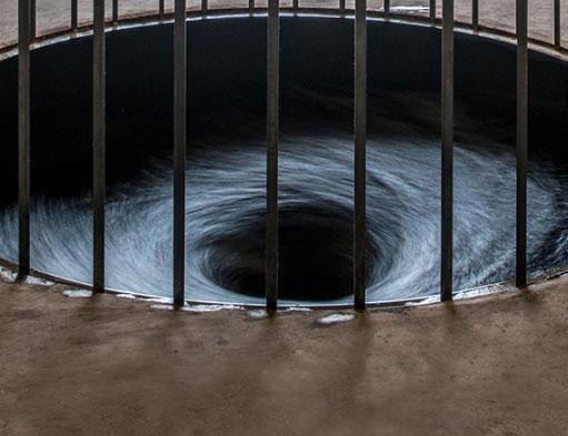 Descension, del artista indio Anish Kapoor destaca por la utilización creativa del agua en una instalación artística