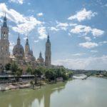 El río Ebro nace en Cantabria (Fontibre) y desemboca en Cataluña (Tarragona). Es el río más caudaloso de España y el segundo más largo.