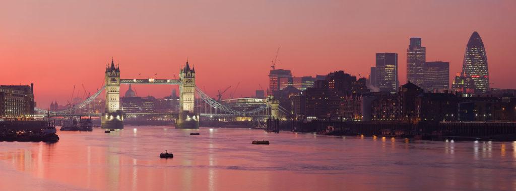 El río Támesis es uno de los principales ríos de Inglaterra. Es conocido como el río de Londres, y desemboca en elmar del Norte.