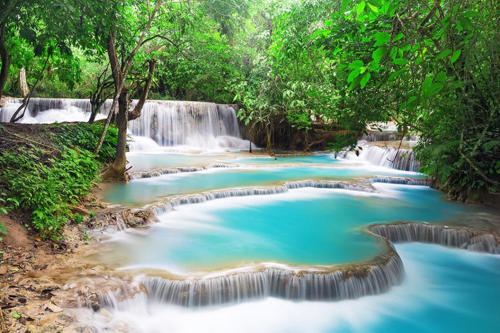 Kuang Si Falls en Laos es una zona de piscinas naturales y cataratas en diferentes niveles