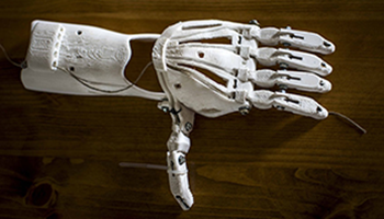 Gracias a la comunidad digital humanitaria e-NABLE personas en todo el mundo pueden acceder a prótesis 3D