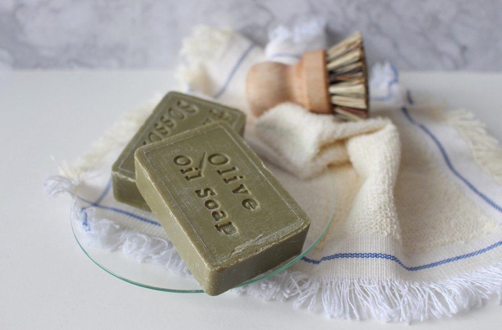 Una idea para reciclar el aceite usado es fabricar jabón que pueden servir tanto para el lavado de ropa como de manos