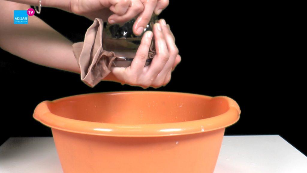 Experimento casero: cómo no derramar agua con una media