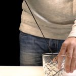 Llenar un vaso de agua usando la capilaridad del agua