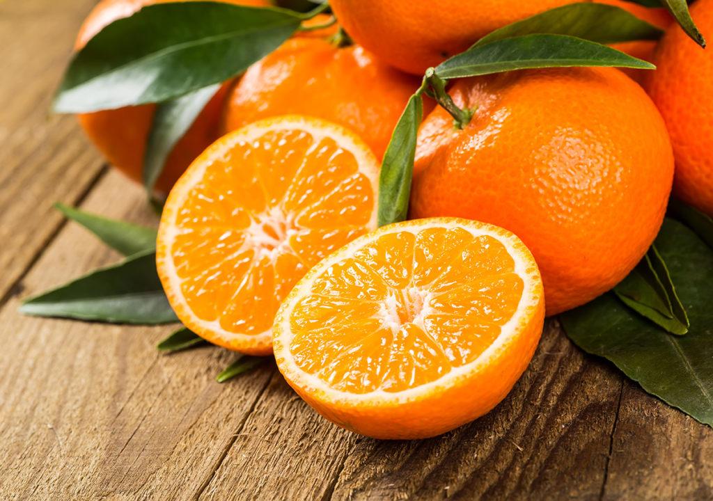 Uno de alimentos que contienen mucha agua es la naranja cuyos beneficios para la salud ayudan a prevenir resfriados y otras enfermedades