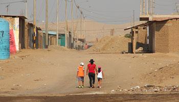 Los escasos recursos y la precariedad han hecho que la pobreza del desierto habitado de Alto Trujillo se multiplique cada día