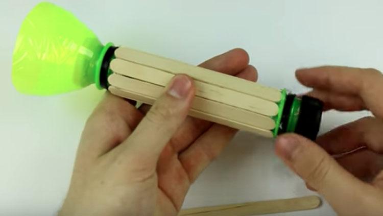 Linterna casera, entre las manualidades con botellas de plástico que puedes hacer