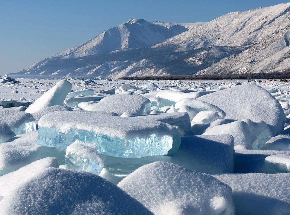 El lago Baikal es el lago con más volumen del mundo, está situado en la Rusia oriental y posee la mayor reserva de agua dulce del planeta.