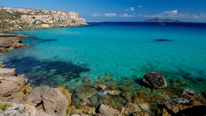 Isla de Favignana es uno de los lugares de agua cristalina más populares del mundo