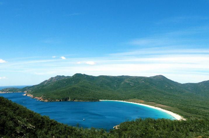 Wineglass Bay es uno de los lugares para visitar si quieres disfrutar de unas playas turquesas y de agua cristalina