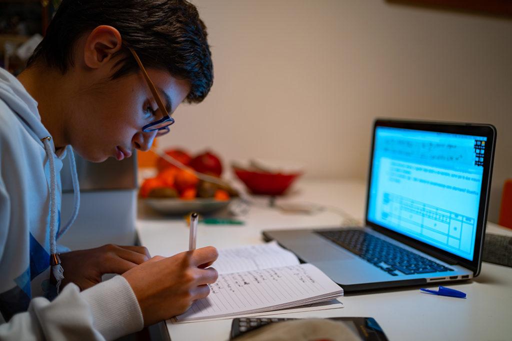Con el confinamiento los jóvenes se enfrentan al desafío de estudiar desde casa para sacar el curso escolar adelante