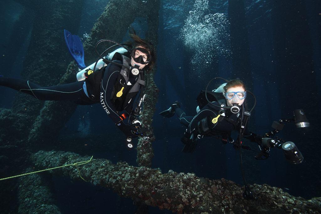 Emily Callahan y Amber Jackson son dos mujeres científicas que vieron en la creación de arrecifes artificiales una alternativa sostenible frente a las plataformas petrolíferas