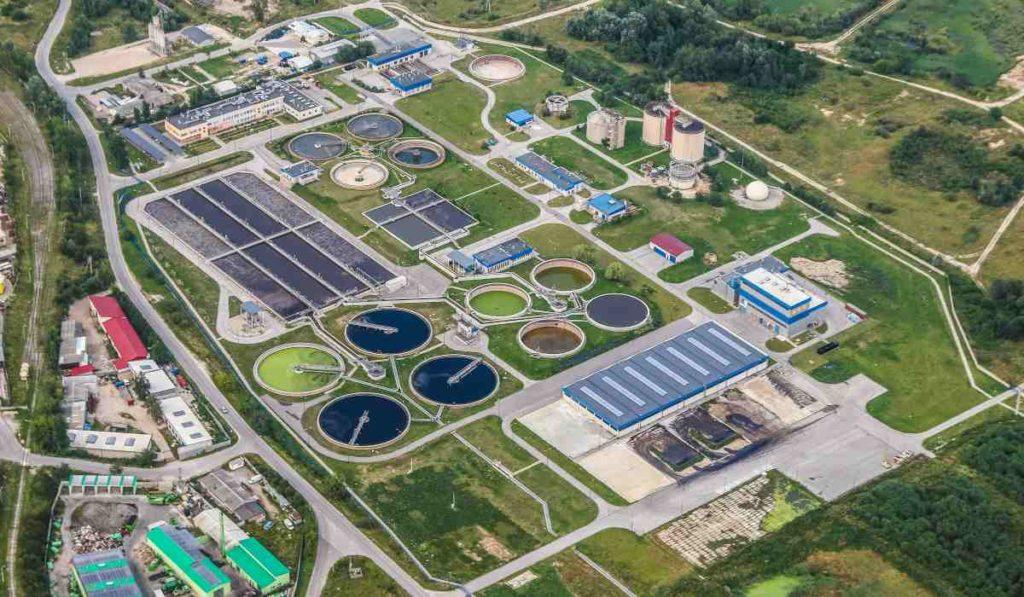 El tratamiento de las aguas residuales se realiza a través de una serie de pasos para la depuración del agua que suponen una alternativa sostenible en cuanto a gestión del agua