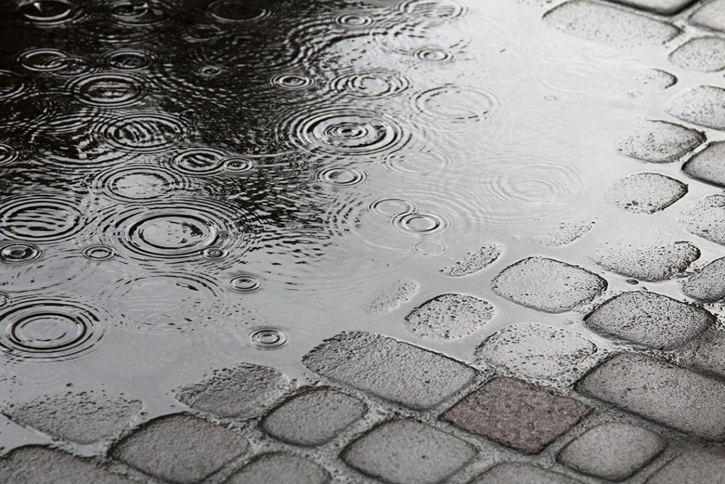 es uno de los procesos básicos propios del ciclo del agua. Existen varios tipos de escorrentía: superficial, hipodérmica y subterránea